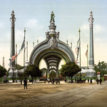 "Anonimo, ""Grand entrance, Exposition Universal, 1900, Paris, France"", 1890-1900 ca. Riproduzione fotomeccanica, 20×30 cm. Washington D.C., Library of Congress: Prints and Photographs Division (attraverso Wikimedia Commons [Public domain])"