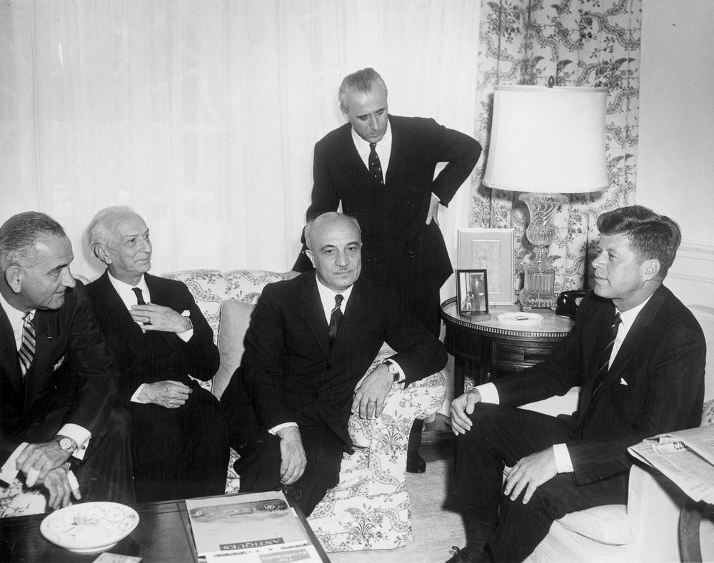 "Abbie Rowe (1905-1967), ""President John F. Kennedy Meets with Prime Minister of Italy, Amintore Fanfani"", 1961. Riproduzione fotomeccanica, 20×25 cm. Boston, John F. Kennedy Presidential Library and Museum: White House Photographs (ID JFKWHP-AR6633-A)"