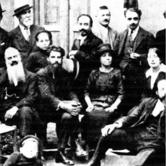 Dirigenti del Partito Socialista Italiano durante il biennio rosso. Si riconoscono Ludovico D'Aragona, Nicola Bombacci e Anna Kuliscioff. (© L'immagine appartiene ai rispettivi proprietari / Property of its respective owners)