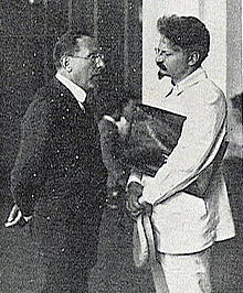 Il dirigente massimalista Giacinto Menotti Serrati incontra Trotsky (estate 1920). (via Wikimedia Commons [CC BY-SA 3.0])