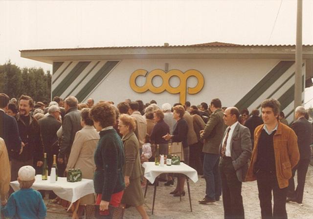 """Anonimo, """"Inaugurazione Coop di Ronchi dei Legionari"""", 16 aprile 1983. Riproduzione fotomeccanica, 20×25 cm. Monfalcone, Archivio privato """"Mario Dal Canto"""" (© L'immagine appartiene ai rispettivi proprietari / Property of its respective owners)"""