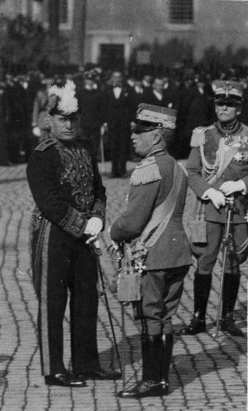 """""""Sua Maestà il Re Vittorio Emanuele III con Mussolini alle esequie funebri del Generale Diaz"""" by Alexmar983 via Wikimedia Commons (Public domain)"""