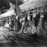 """L'interno di un'abitazione della tribù Kayan, di etnia dayak, in Indonesia. Tra le armi esposte figurano anche alcuni crani: durante le guerre tribali la decollazione del nemico (di cui veniva conservata la testa) era frequente tra le popolazioni dayak.</em> di Costa-Gavras"""" in"""