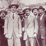 """Anonimo, """"Filippo Corridoni con Mussolini durante una manifestazione interventista del 1915 a Milano (Arena)"""", 1915. Fotografia, 15×10 cm. Collezione privata (attraverso Wikimedia Commons [Public domain])"""