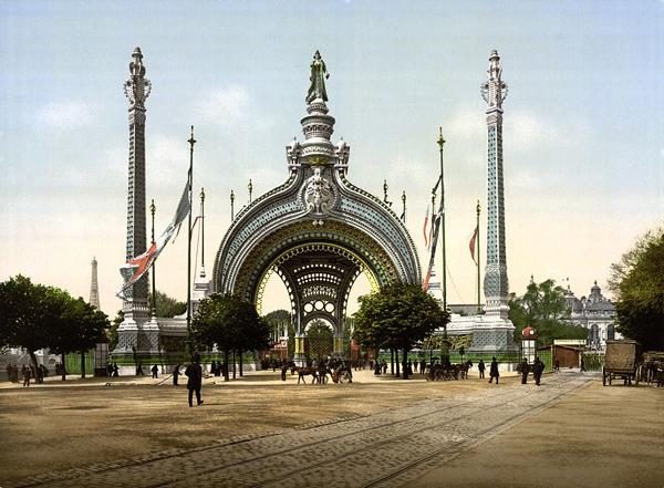 "Anonimo, ""Grand entrance, Exposition Universal, 1900, Paris, France"", 1890-1900 ca. Riproduzione fotomeccanica, 20×30 cm. Washington D.C., Library of Congress: Prints and Photographs Division (attraverso Wikimedia Commons [Public domain])"
