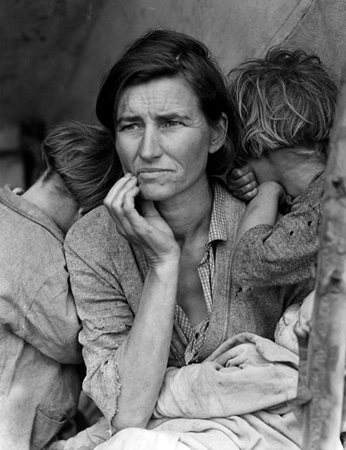 "Dorothea Lange (1895 -1965), ""Migrant Mother"", 1936. Riproduzione fotomeccanica, 10×13 cm. Washington D.C., Library of Congress: Prints and Photographs Division (attraverso Wikimedia Commons [Public domain])"