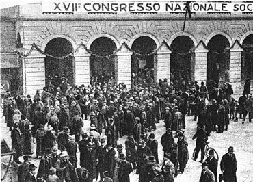 Il teatro Goldoni di Livorno durante i giorni in cui si celebrò il XVII Congresso Nazionale del PSI (15-21 gennaio 1921). (via Wikipedia.it [CC BY-SA 3.0])