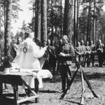 """Walter Henisch (1913 -1975), """"Feldgottesdienst für deutsche Soldaten"""", 1941. Riproduzione fotomeccanica, 13×18 cm. Koblenz, Bundesarchiv: Sammlung von Repro-Negativen - Bild 146-2005-0193 (attraverso Wikimedia Commons [CC-BY-SA 3.0])"""