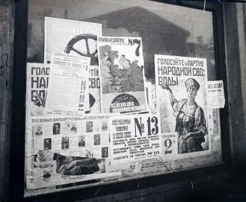 """""""Manifesti elettorali dell'Assemblea costituente russa (Pietrogrado, 1917)"""" by Andros64 via Wikimedia Commons (Public Domain)"""