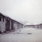 """""""Campo di concentramento di Bolzano 1945 - Blocchi G, H, I, M, di infermeria, cucine, servizi, mensa SS e scorcio del blocco celle"""" by Llorenzi on Flickr (CC [Public Domain])"""