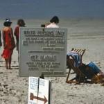 """Una spiaggia riservata ai soli bianchi a Stranofontein nei dintorni di Città del Capo (1985)"""" byUN Photo/A Tannenbaumon Flickr(CC BY-NC-ND 2.0)"""